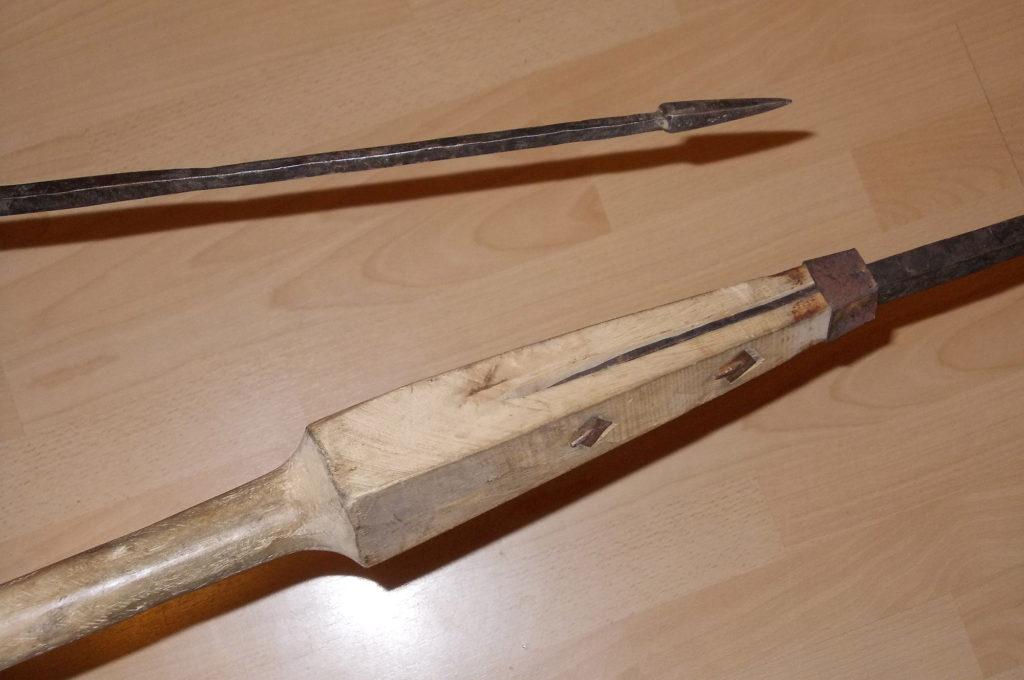 Hrot římského oštěpu (pila) a jeho připevnění k rukojeti, které umožnilo poškození po úspěšném vrhu. Z archivu spolku Gemina