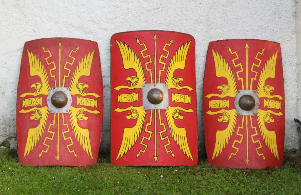 Typické legionářské štíty (scuta) – velký obdélníkový tvar zakřivený do oblouku. Z archivu spolku Gemina