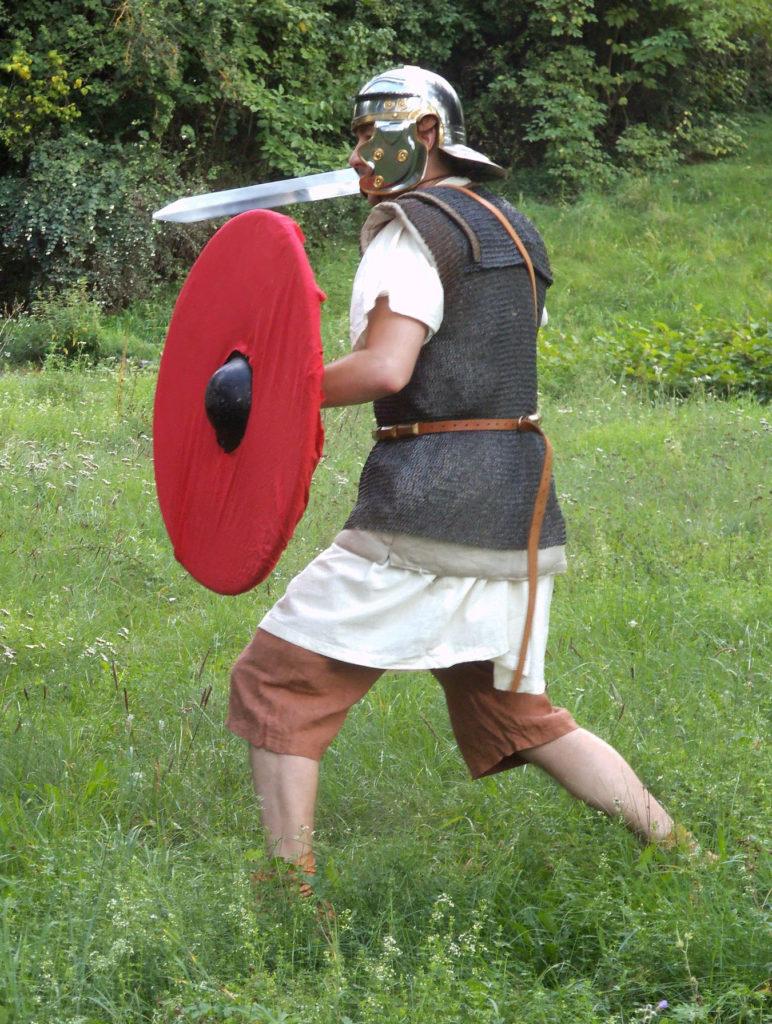 Příslušník pomocných sborů s plochým štítem v kroužkové zbroji ze spolku Castra Romana