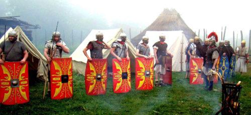 Nástup v římském táboře třebíčského spolku Gemina, který spolupracuje s archeologickým centrem v Mušově