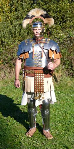 Centurion v plné zbroji s chocholem ze spolku Castra Romana