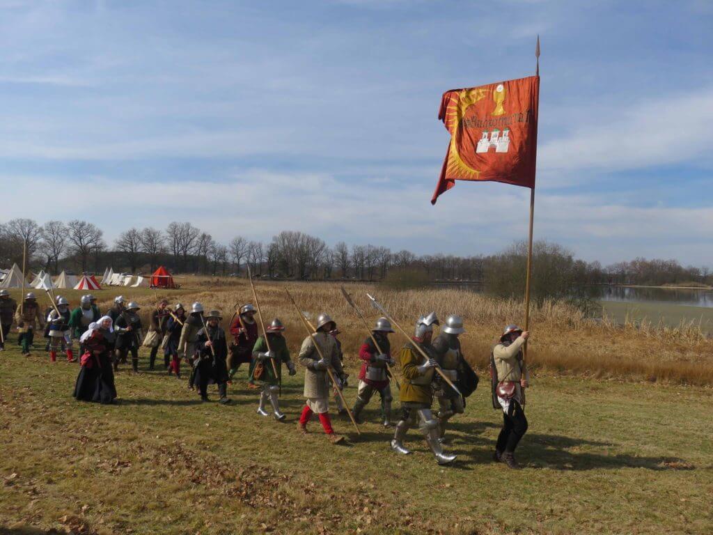 Pražský svaz kališníků Civitas Pragensis na pochodu s plnou výbavou