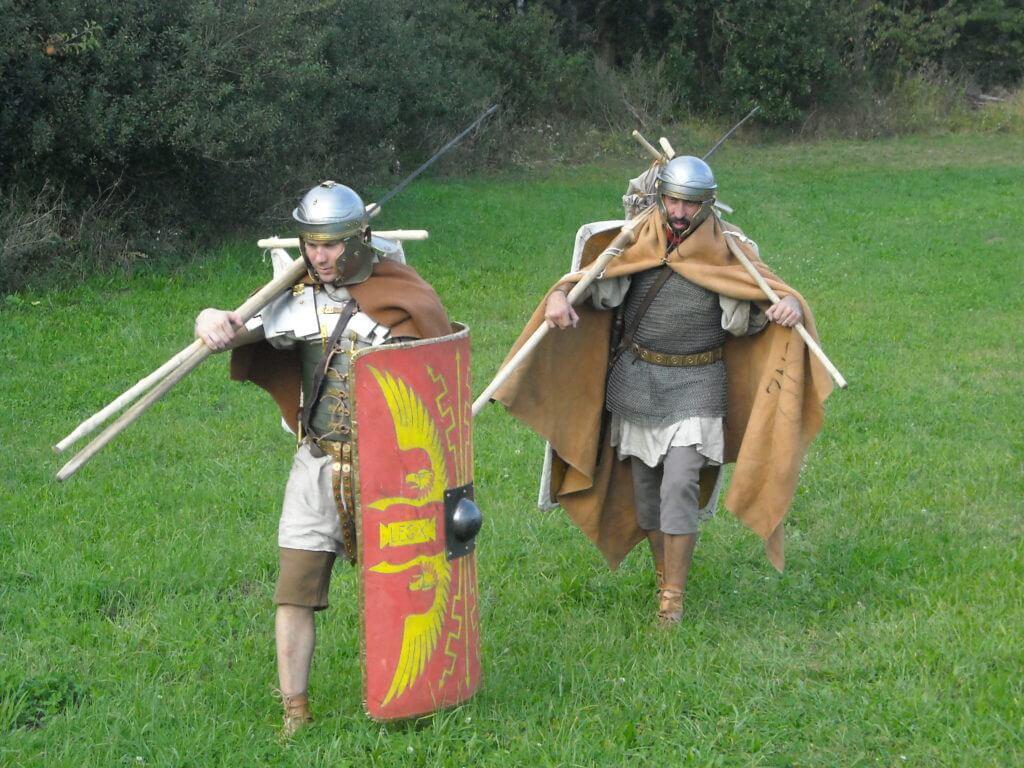 Římští vojáci z 1. století n. l. s pochodovou výbavou a zátěží v podání spolku Gemina