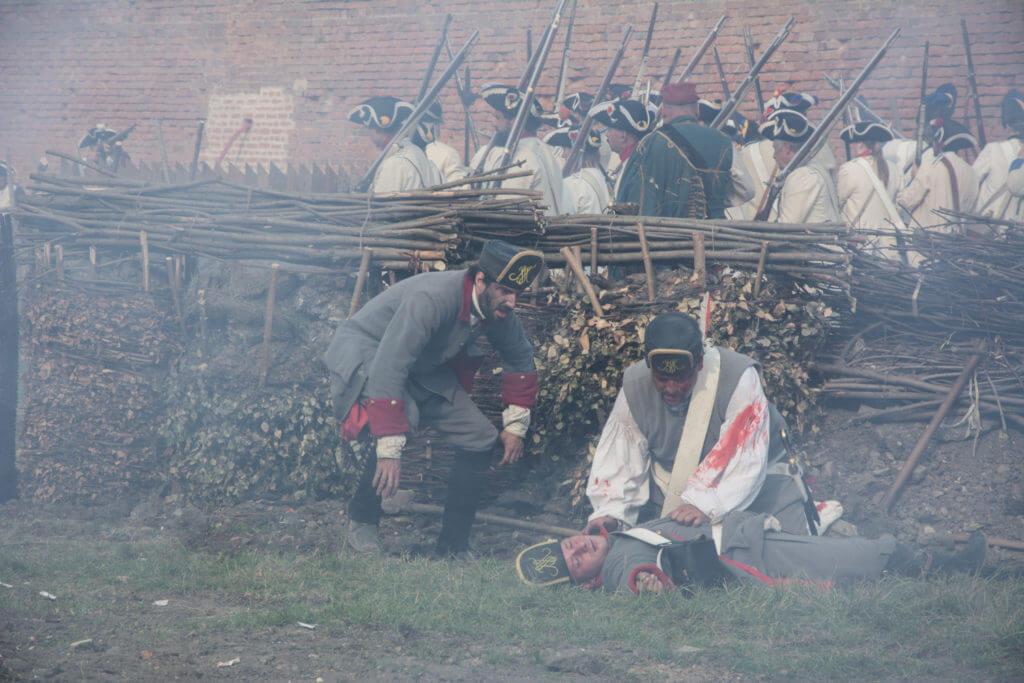 Rakouští sapéři pracující na zákopech u pevnosti v bojové ukázce připomínající sedmiletou válku (1756–1763) z josefinských slavností v Terezíně roku 2016