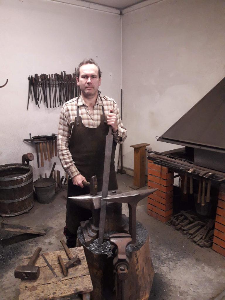 Kovář Patrick Bárta, výrobce mnoha replik historických mečů, ve své kovárně