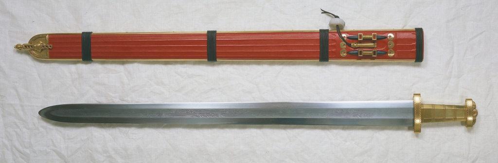 Honosný meč germánského velmože z 5. století z hrobu v Blučině, jeden z nejkrásnějších mečů nalezených na našem území