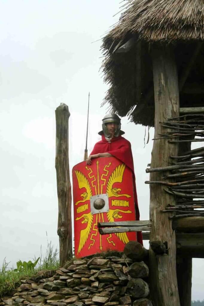 Legionář hlídá na věži při festivalu Gladius 2010. Archiv spolku Gemina