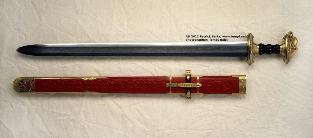 Jeden z mečů ze švédského pohřebiště Valsgärde 5 patří k nejhonosnějším, jaké kdy Patrick Bárta vyráběl. Rukojeť je ze dřeva a zlaceného bronzu zdobená granáty