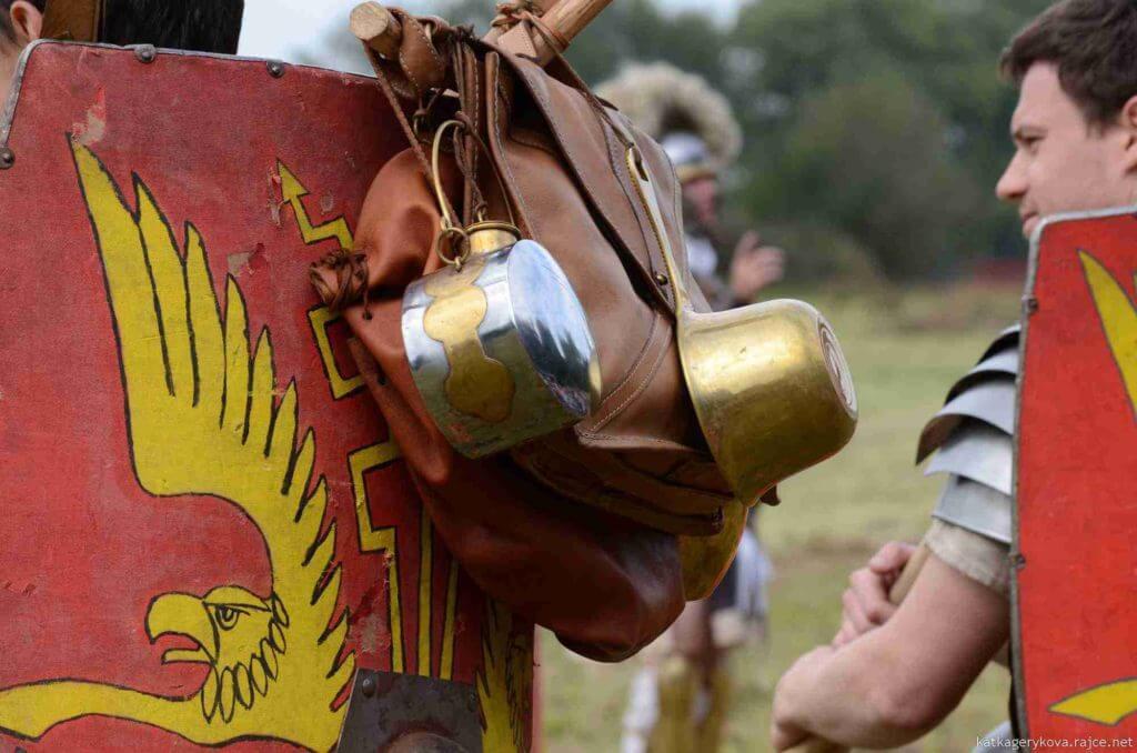 Praktické pokusy s přenášením kompletní pochodové výbavy legionáře v římské legii Bestia (spolek Gemina)