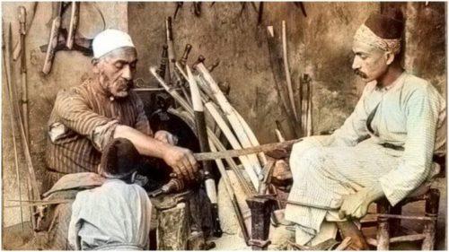 Výroba damascénských mečů se v Damašku udržela až do moderní doby. Na obrázku je mečíř kolem roku 1900