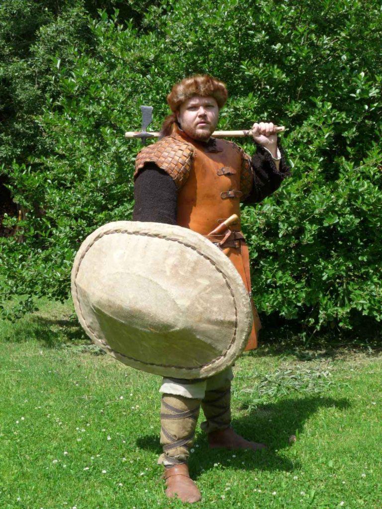 Autor tohoto článku jako velkomoravský bojovník v koženém kabátci se sekerou a proutěným štítem