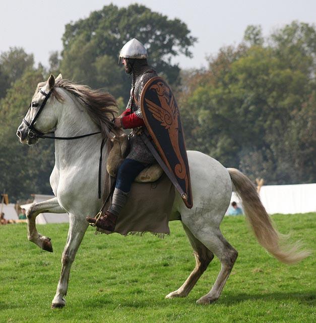 Rekonstrukce normanského jezdce z 11. století s velkým mandlovým štítem