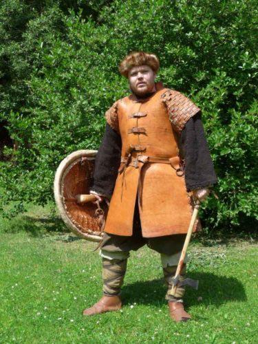 Kombinace sekery se štítem být u slovanských bojovníků nejobvyklejší. Figurant: Petr Luňák