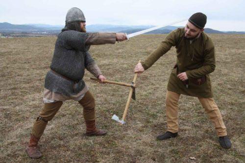 Meč jako druhá zbraň k sekeře byl sice asi méně obvyklý, než třeba nůž, ale jeho délka čepele má také své výhody, jichž je možné využít