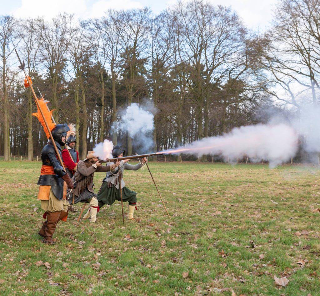 Mušketýři Die Kompanie drilují s holandskými seržanty
