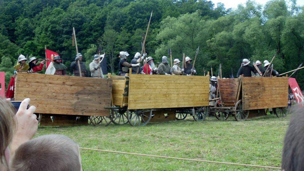 Rozvinutá podoba vozů sestavených do vozové hradby v rekonstrukci spolku Civitas Pragensis