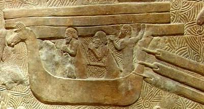 Loď nejlepších námořníků starověkého světa, Féničanů, zvaná hippos (kůň) podle ozdobného prvku ve tvaru koňské hlavy na přídi lodi. Reliéf z asyrského města Khorsabad, 8. století př. n. l.