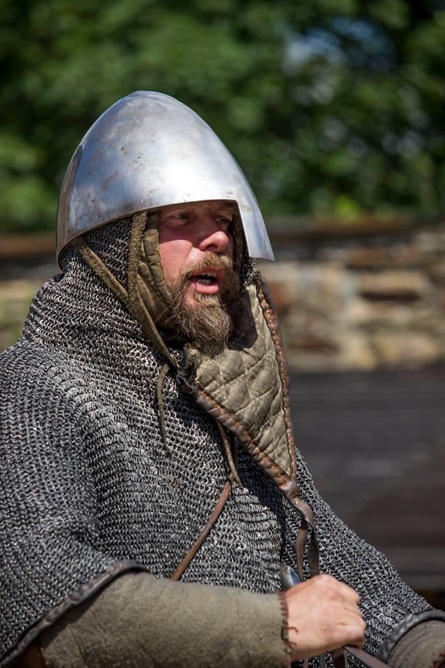 Ladislav Wothan Tomič, hlavní tvůrce projektu Curia Vitkov, v kroužkové zbroji a normanské přilbě s nánosníkem